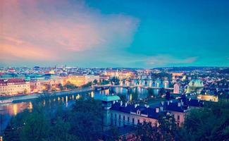 panoramisch uitzicht op de bruggen van Praag over de rivier de Moldau foto