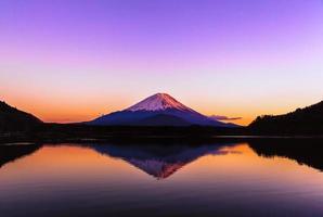 omgekeerde afbeelding van mt.fuji op stille vroege ochtend foto