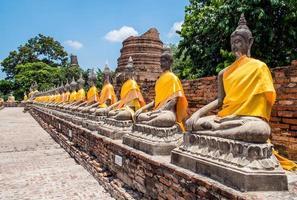 uitgelijnd van Boeddhabeeld in Ayutthaya, Thailand foto