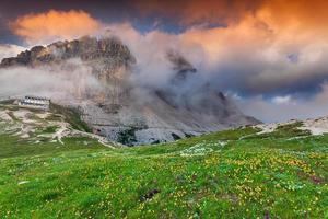 kleurrijke zomerochtend in de Alpen van Italië