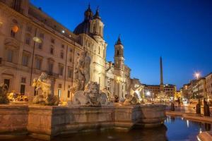 rome piazza navona plein 's avonds verlicht foto