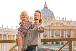 gelukkige moeder en babymeisje in de staat van Vaticaanstad foto