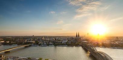 Keulen en de kathedraal van Keulen bij zonsondergang