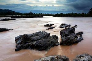 somphamit waterval bij zonsondergang, zuidelijk laos foto