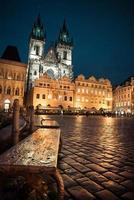 Praag, oude stadsplein 's nachts, getinte afbeelding