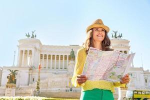 gelukkige jonge vrouw op piazza venezia in rome, italië foto