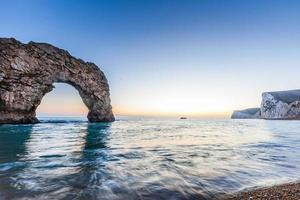 durdle door aan de kust bij de oceaan