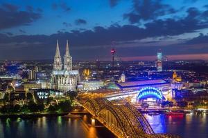 uitzicht op de kathedraal van Keulen in Keulen 's nachts