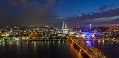 uitzicht op Keulen en de kathedraal van Keulen in de nacht