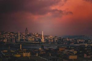 luchtfoto van de skyline van de stad tijdens stormachtige zonsondergang foto