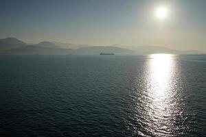 zon over het water foto
