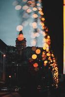 weerspiegeling van de skyline van de stad en licht bokeh foto