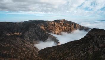 mist over bergen en blauwe lucht
