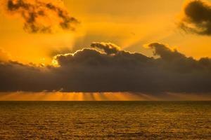 oranje lucht en zonnestralen foto