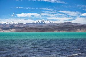helderblauwe zee in de buurt van bergen