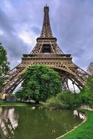 omhoog kijken naar de Eiffeltoren foto