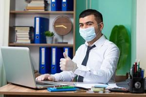 het dragen van een beschermend masker op het werk foto