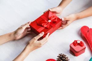 twee mensen met een geschenkdoos foto