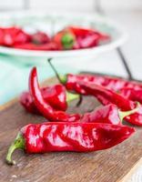 rauwe rode chili peper op een snijplank, kruiden foto