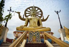 grote boeddha op het eiland samui foto