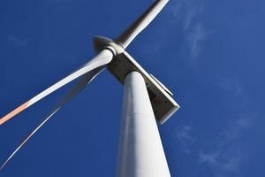 lage hoekfoto van witmetalen windmolen foto