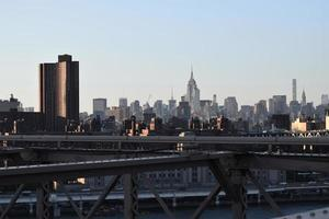 skyline van de stad onder de blauwe hemel overdag