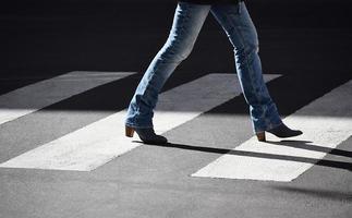 persoon die op voetgangerspad loopt