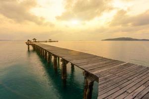 beboste brug in de haven tussen zonsopgang