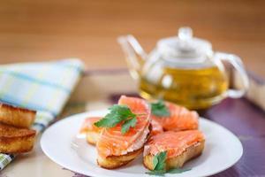 gebakken toast met gezouten zalm foto