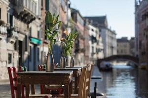 houten tafel in Venetië foto