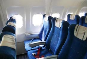 een ruim interieur van een vliegtuig foto