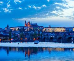 uitzicht op de Karelsbrug en het kasteel van Praag in de schemering