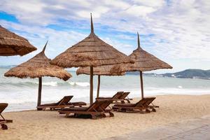 stoel ontspannen op een tropisch strand foto