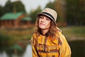 jonge rastafari vrouw in herfst park foto