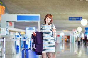 mooie jonge vrouwelijke passagier op de luchthaven foto