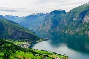 zomer uitzicht op aurland stad aan de oever van aurlandsfjord
