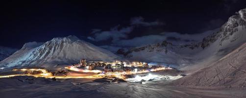 tignes (alpen) bij nachtpanorama