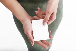 vrouw houdt witte kaart in haar hand