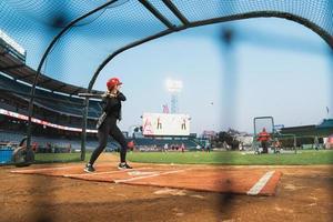 anaheim, ca, 2020 - vrouwelijke honkbalspeler op het veld