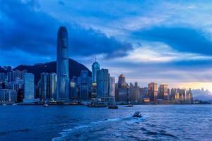 schemering zeegezicht in hong kong, china foto