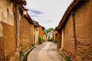 de straten van de oude stad Shaxi, China omzoomd met aarden huizen
