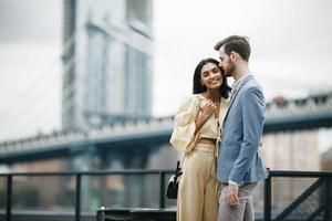 aantrekkelijk paar omhelst in New York City foto