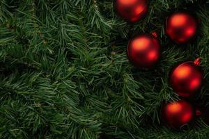 rode kerstballen op dennen