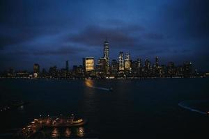 verlichte skyline van de stad 's nachts