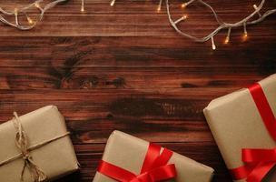 kerstcadeaus en lichten foto