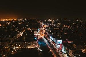 luchtfoto van de skyline van de stad 's nachts