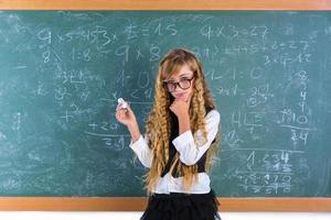 nerd leerling blond meisje in groen bord schoolmeisje foto