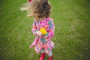 winderig meisje met bloemen