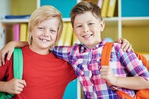 vriendelijke schooljongens foto