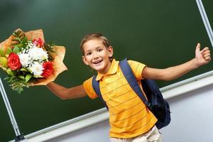 jongen met bloemen foto